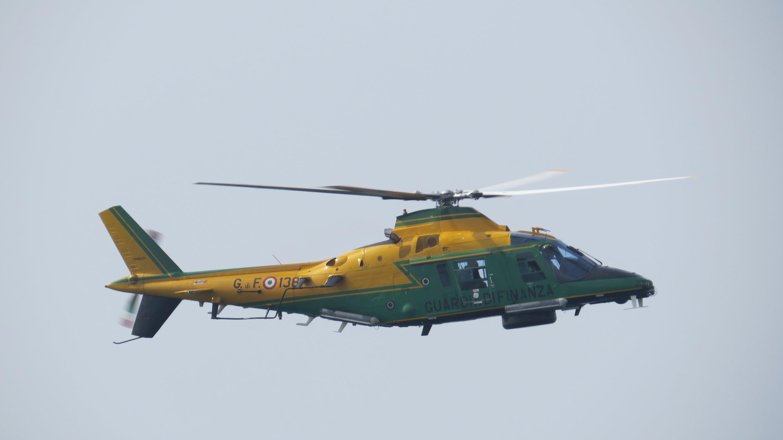 Elicottero Nero : Crotone elicottero della guardia di finanza scopre