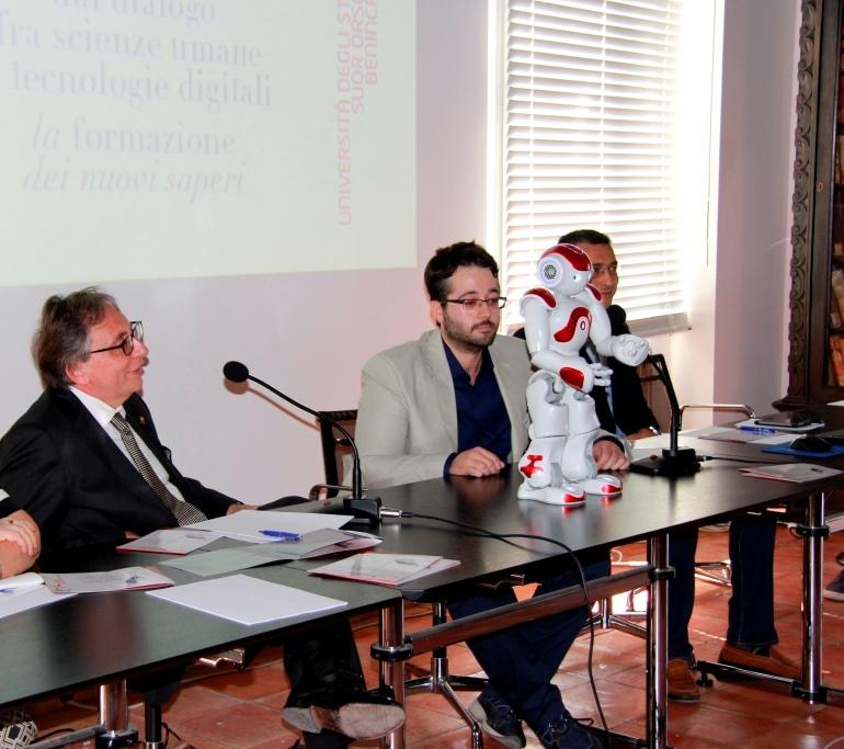 Il Rettore del Suor Orsola Lucio d'Alessandro con il robot Nao alla presentazione del Centro di Ricerca Scienza Nuova