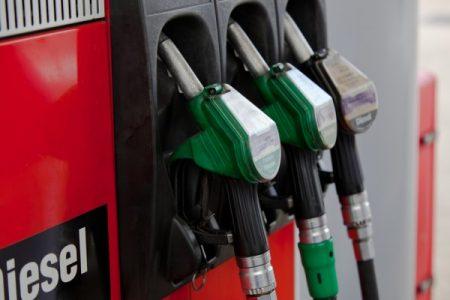 Aumenta ancora fare il pieno, in Italia la benzina più cara d'Europa