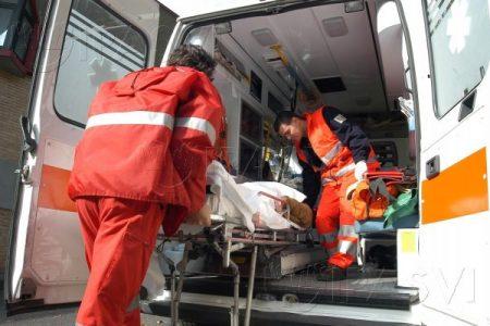 Napoli a pezzi, crolla un altro cornicione: ferita una persona