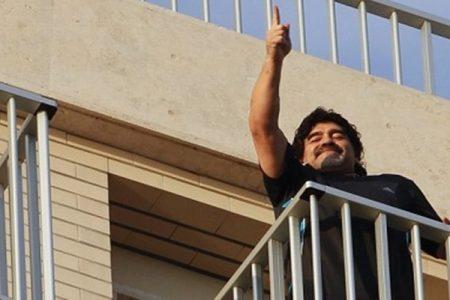 Primo round a Maradona, il fisco gli restituisce l'orecchino. Ma la battaglia continua