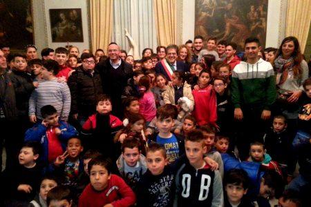 Bianco guida i bambini dell'Oratorio di via Teatro Greco alla scoperta di Palazzo degli elefanti
