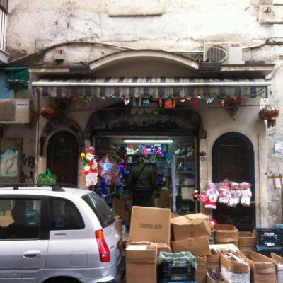 Napoli, sequestrati 100mila addobbi natalizi illegali