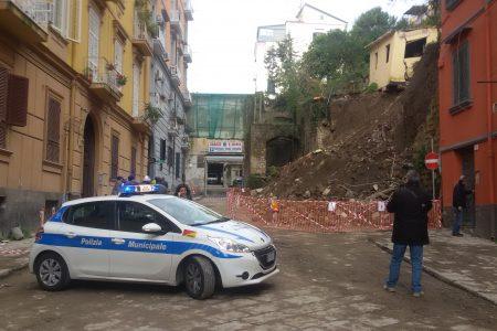 Napoli cade a pezzi, frana una collina nel centro della città