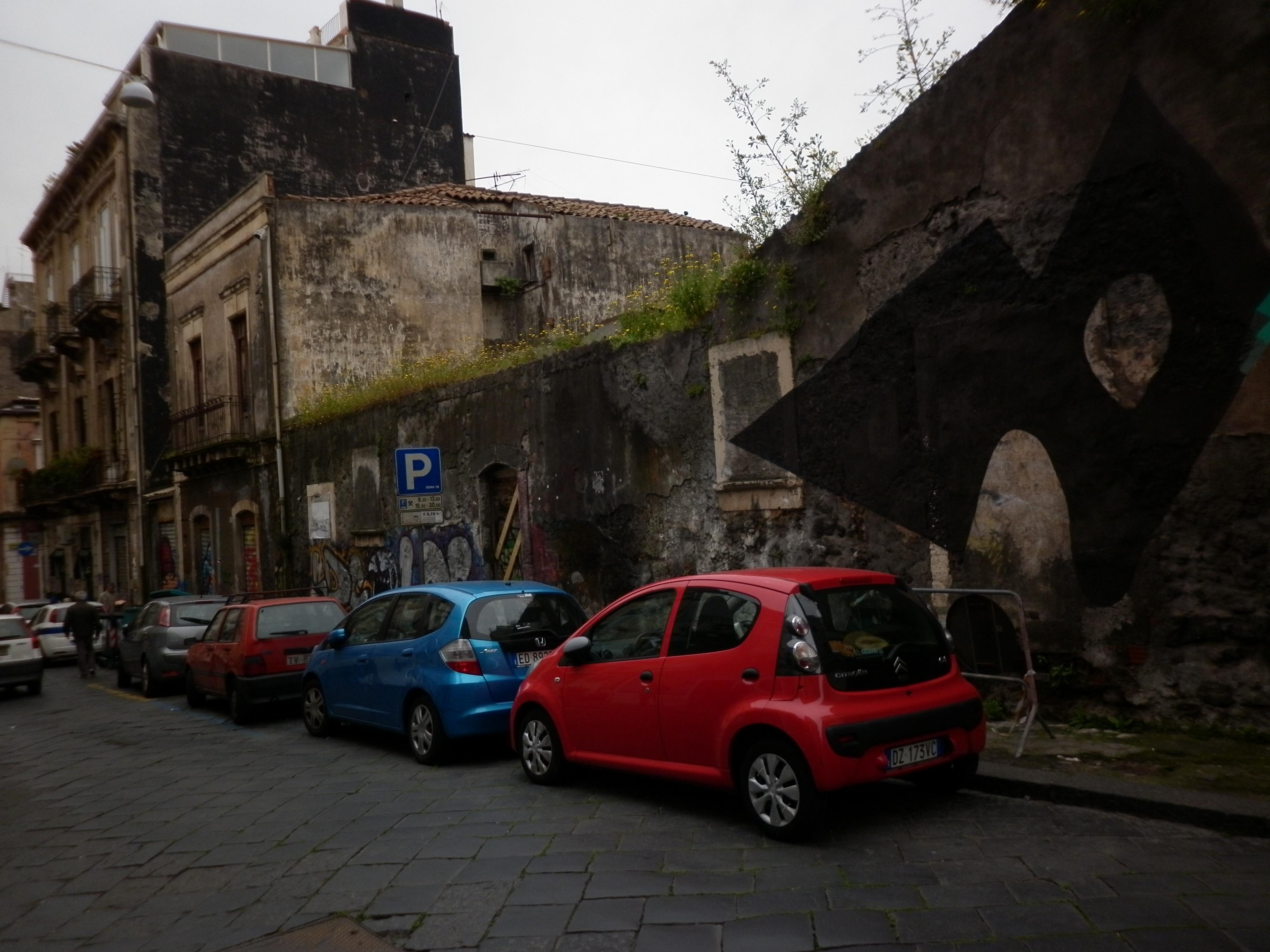 Catania, sgombrati dieci edifici pericolanti occupati abusivamente