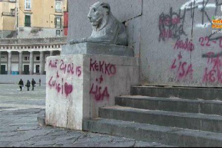 Imbrattato il monumento appena restaurato: flash mob contro i vandali di Piazza Plebiscito