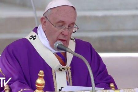 Il Papa: accolgo trans e omosessuali, ma il gender a scuola è una cattiveria