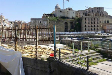 Demolito il container che ospitava gli uffici della dogana sul porto di Pozzuoli