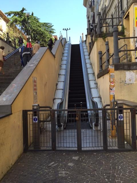 """Napoli, quelle scale """"(im)mobili"""" di via Cimarosa…"""