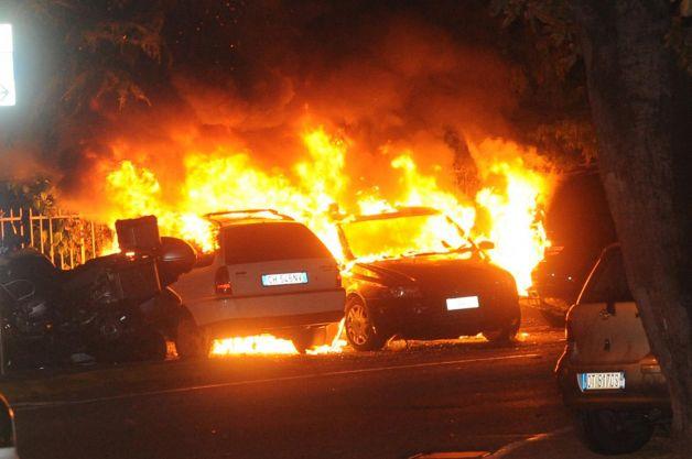 Gela, ancora attentati: distrutte sette auto