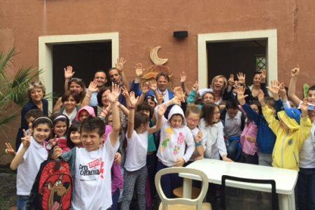 Catania, gli studenti arredano una strada