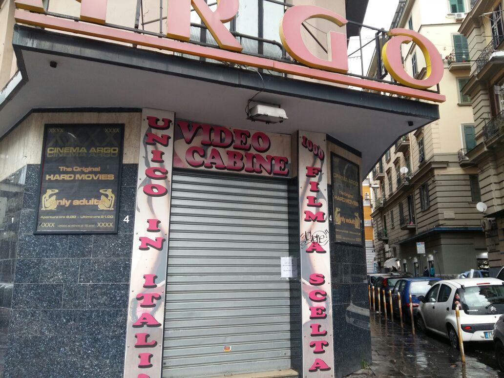 """Napoli, sequestrato il cinema a luci """"rosse"""": era una casa di appuntamenti"""