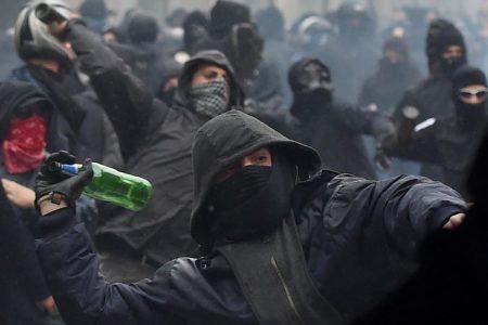 LE NOTIZIE DEL GIORNO. I volontari ripuliscono Milano dopo i black bloc – Italicum, domani il voto finale