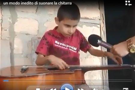 Un inedito modo di suonare la chitarra: questo ragazzino è straordinario
