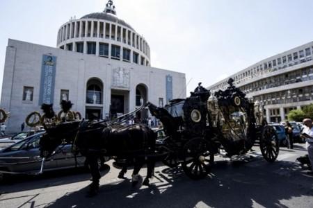 LE NOTIZIE DEL GIORNO. Funerali solenni per il boss di Roma Capitale – Grecia, Tsipras si dimette