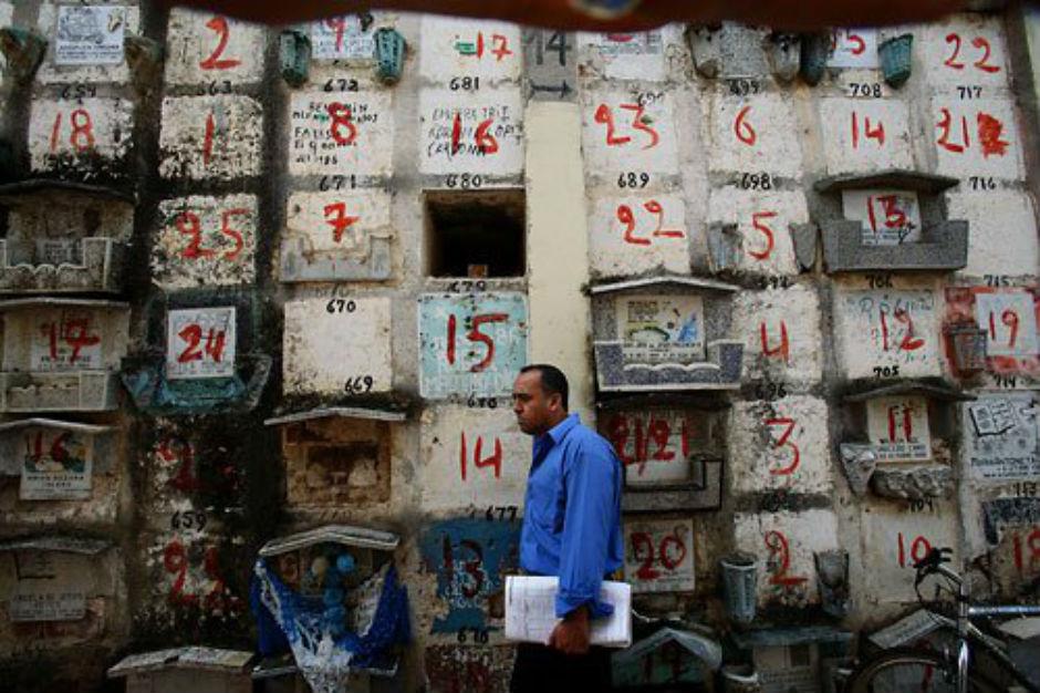 Napoli, occhio a vendere la tomba di famiglia: il Demanio sfratta i defunti