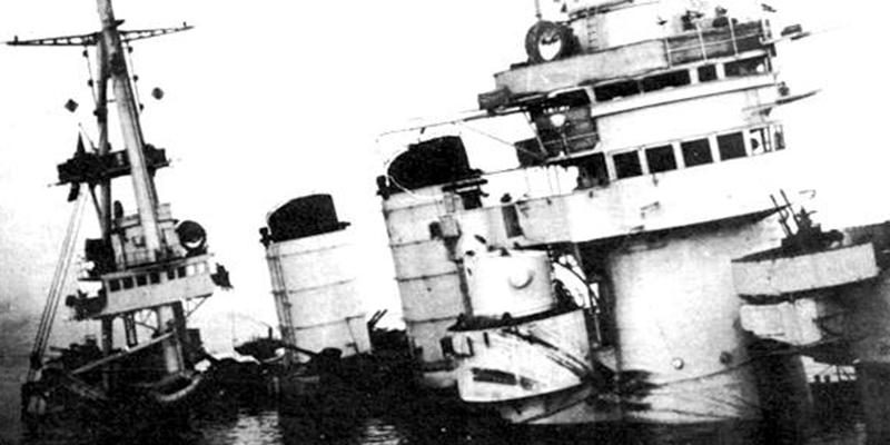 La nave da battaglia Conte di Cavour danneggiata dopo la Notte di Taranto dell'11 novembre 1940 (Wikipedia)