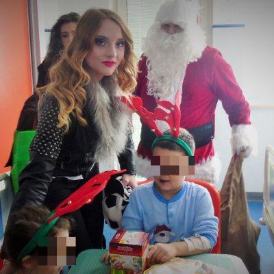 Tanya La Gatta fotomodella campana  visita nelle festività natalizie i reparti di pediatria