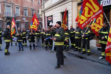 """I vigili del fuoco di Palemo, Messina e Catania: subito la """"stabilizzazione"""""""