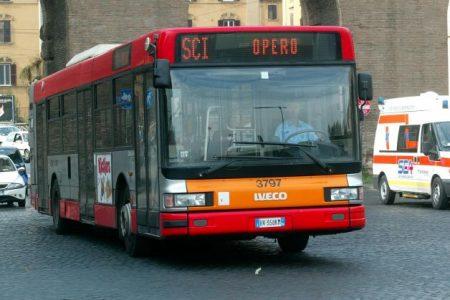 Napoli, misteriosa aggressione a bordo di un bus: picchiato un 39enne