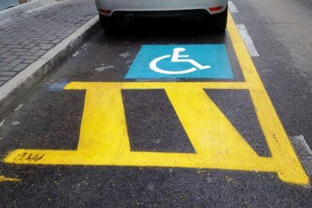 L'auto del sindaco sulle strisce riservate ai portatori di handicap, arrivano le scuse del primo cittadino