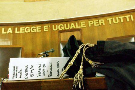 La lezione che arriva dalla Sicilia: niente vitalizi al Consigliere condannato. Ma a Roma la legge è diversa…