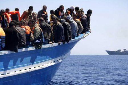 Migranti, l'allarme della Guardia Costiera: L'Isis dietro gli sbarchi
