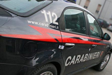 Palermo, giovane coppia rapinata in auto