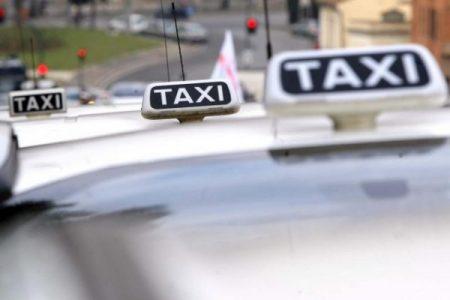 A Napoli sorrisi e tariffe garantite per chi viaggia in taxi