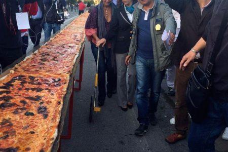 Battuto il record, a Napoli la pizza più lunga del mondo: 1853,88 cm