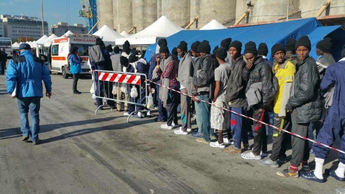 Migranti, a Reggio Calabria sbarcano in 745: anche 9 donne incinte