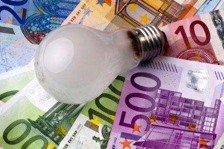 Brutte notizie per le famiglie, aumentano le tariffe di luce e gas. Consumatori all'attacco