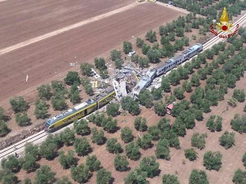 Scontro fra treni in Puglia, è una strage: 26 morti