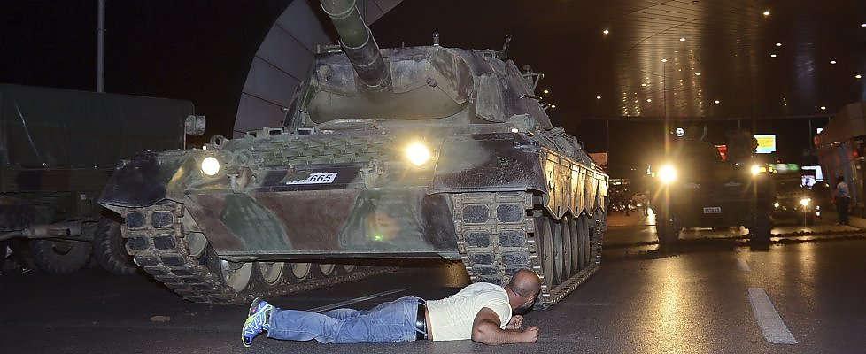 LE NOTIZIE DEL GIORNO. Turchia, la notte del golpe: fallisce il blitz dei generali – Corriere della Sera, stravince Cairo