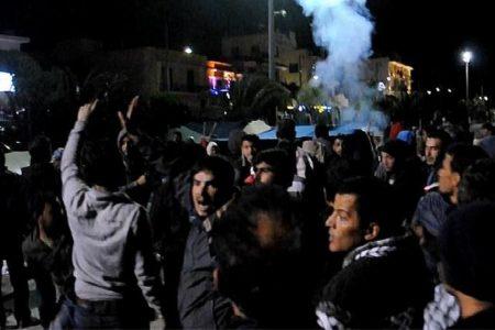 Torna la xenofobia in Europa, attacco contro i migranti a Chios: distrutto il campo profughi