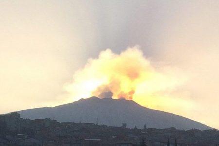Esplosione improvvisa sull'Etna, dieci feriti
