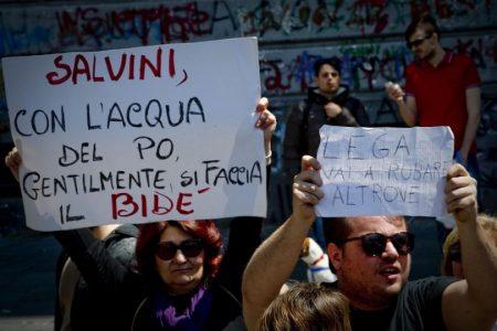 Salvini a Napoli, l'ira dei napoletani. Il leader della Lega: le solite zecche sociali