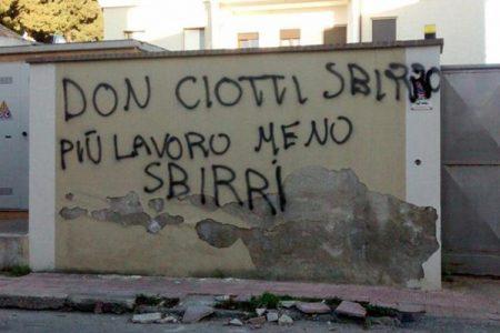 Scritte e slogan sui muri, a Locri la mafia sfida lo Stato