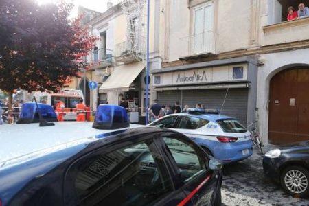 Napoli, agguato nel tabacchi: uccisi padre e figlio