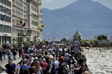 Un fiume di turisti invade Napoli, non accadeva da anni