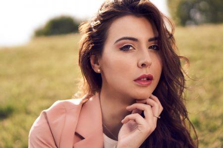 La bellezza di Anna Gale, modella e laureanda in legge
