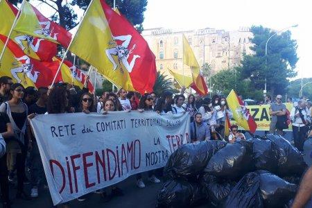 """Ambiente, la protesta dei """"sacchi neri"""" in Sicilia"""
