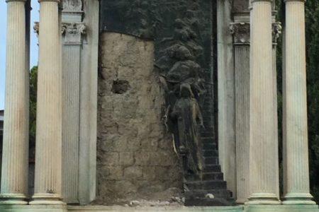 """Vandali in azione al cimitero di Poggioreale, distrutto il """"Monumento della sposa"""": ecco le foto"""