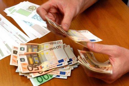 Italiani, risparmi e investimenti, ma la povertà non cede il passo