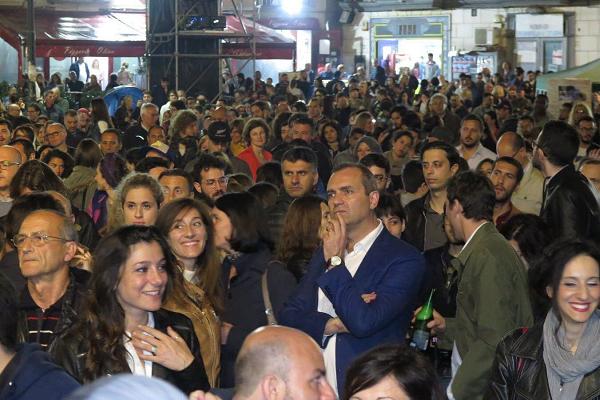 De Magistris in piazza a Roma: Napoli è meglio…