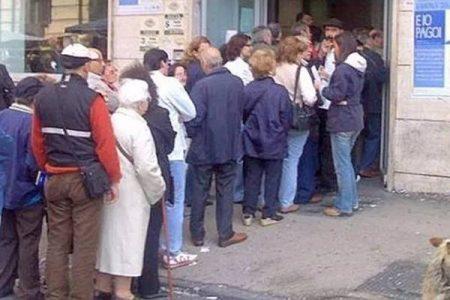 Decine di cittadini già in fila per il reddito di cittadinanza