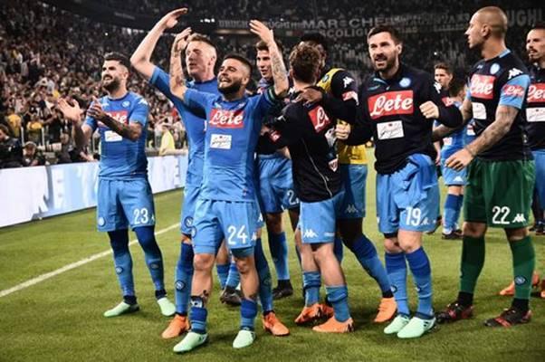 Bagno di folla per il Napoli dopo l'impresa di Torino