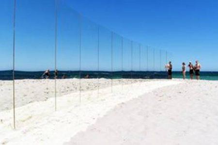 Sculture incredibili, la spiaggia degli specchi