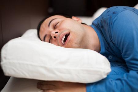 Medicina, russare di notte favorisce la carie