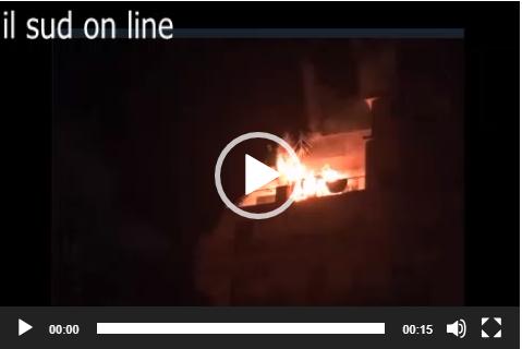 Le immagini choc delle fiamme in un appartamento di Catania